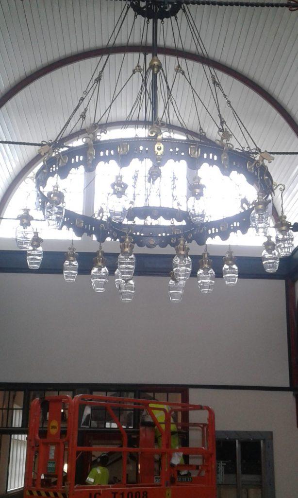 Renovering af lysekrone, Østerport Station